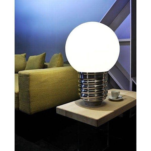 BASIC, une lampe à poser, douille en aluminium poli, globe en polyéthylène
