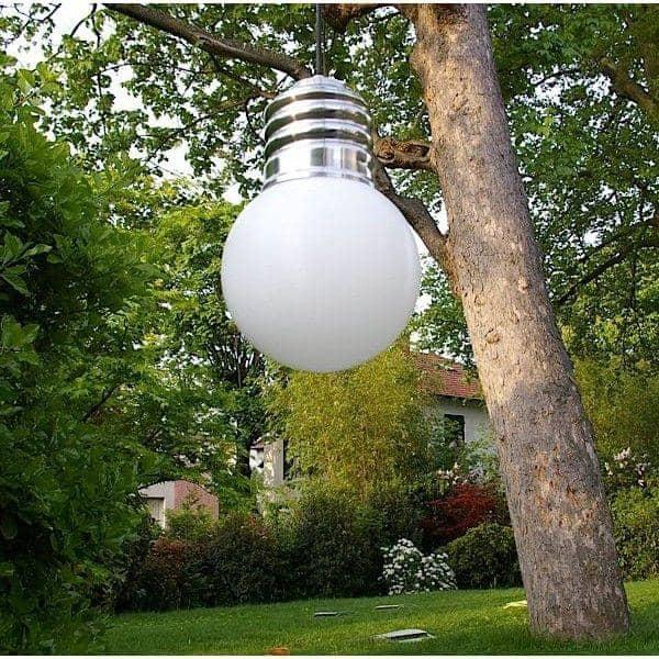 BASIC, une suspension imposante, douille en aluminium poli, globe en polyéthylène