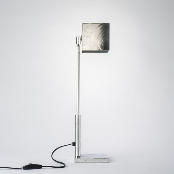carre une lampe halog ne poser en aluminium poli d co. Black Bedroom Furniture Sets. Home Design Ideas
