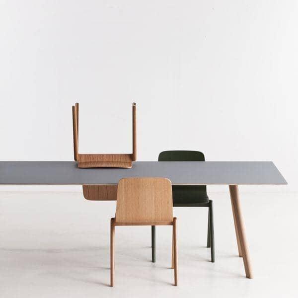 La table COPENHAGUE CPH30 en bois massif et multiplis, par Ronan et Erwan Bouroullec: l'essence du design danois revisité par deux designers français
