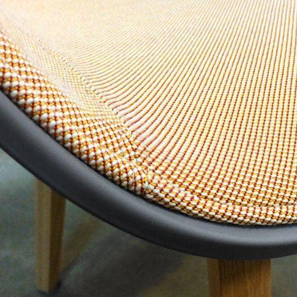 Le fauteuil DUO à roulettes About a Chair par HAY - réf. AAC52 DUO - dossier en polypropylène apparent, assise en tissu monté sur mousse Oeko-Tex, coussin en option, piétement en aluminium muni de roulettes avec vérin à gaz, un confort extrême.