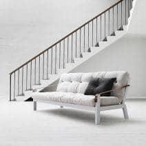 POEMS er en komfortabel og original sovesofa. Tre og futon.