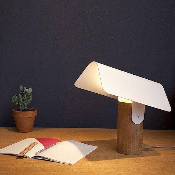 Carbet, lampe à poser, hêtre massif et acier laqué, design éco-responsable