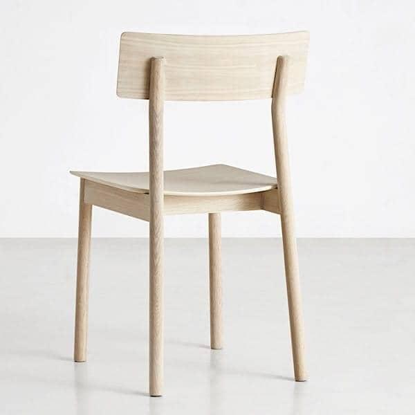 Der PAUSE Stuhl, gebaut aus Massivholz, von dem finnischen Designer Kasper Nyman. WOUD