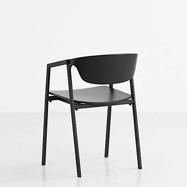 La chaise empilable S.A.C. en bois et métal, offre un confort tout en douceur