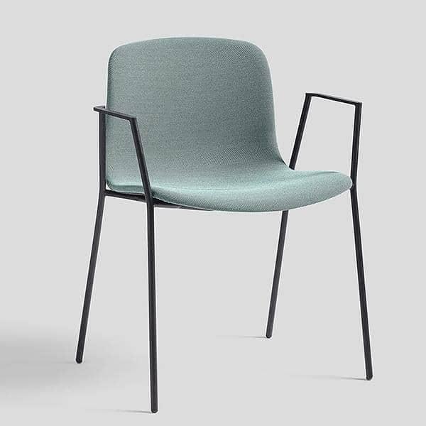 Der chair ABOUT A CHAIR von HAY AAC 19 Polstersitz, stapelbar, Armlehnen und Beine aus gebogenem Stahl.