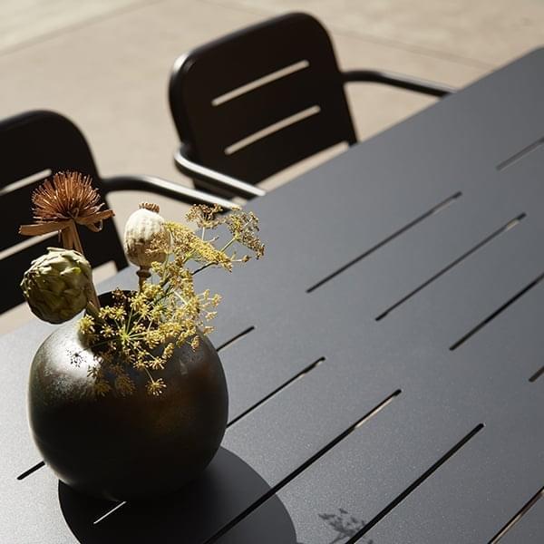 Gamme de tables à manger outdoor RAY, par WOUD