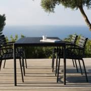 FOUR : tavolo da pranzo all'aperto o tavolo alto, in alluminio e bambù, da HOUE.
