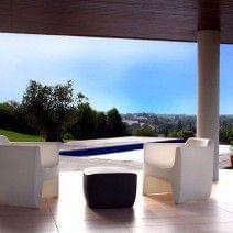 La ligne confortable du Fauteuil TRANSLATION ARMCHAIR incite à la détente, indoor et outdoor