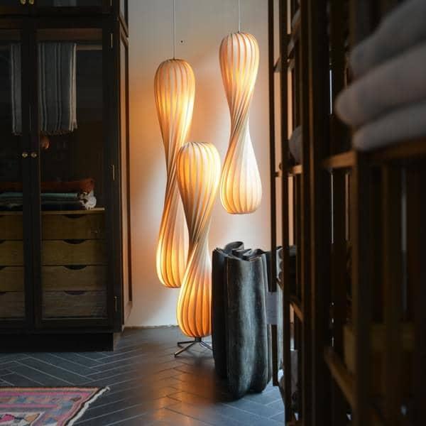 TOM ROSSAU - TR 7 Pendel eller Gulvlampe: træ eller PP og design på deres bedste mix - Deco og design