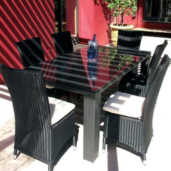La table EVERDARK 6 ou 8 couverts et ses chaises coordonnées : un ensemble en résine haut de gamme traitée anti-UV